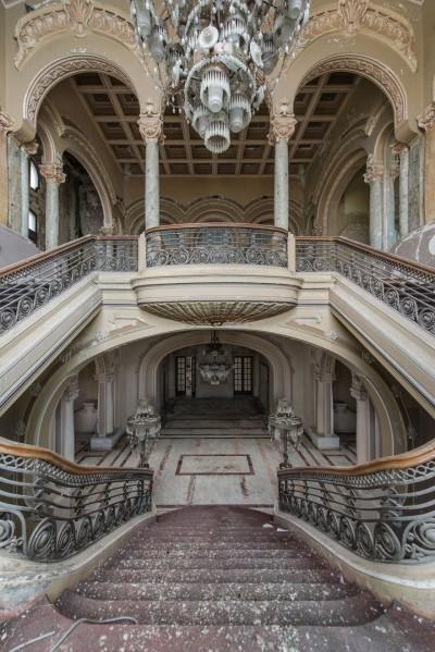 Një Kazino e braktisur që dikur ka qënë një nga ndërtesat më të mrekullueshme në Rumani
