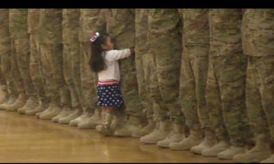 Vajza e vogël ndërpren ceremoninë e babait për një përqafim!