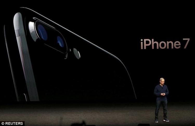 Prezantohet iPhone 7, me kufje pa fish dhe dy kamera mbrapa (VIDEO)