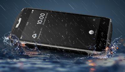 Dëshironi një telefon të pathyeshëm dhe kundra ujit? Ja ku e gjeni  (VIDEO)