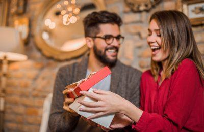 Dhurata të vogla për momente të mëdha! Ja 10 ide për të befasuar partnerin/partnerin!